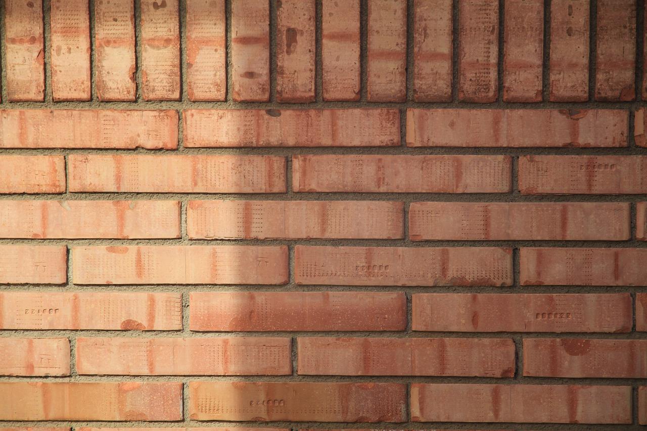 Comment rénover un mur en briques